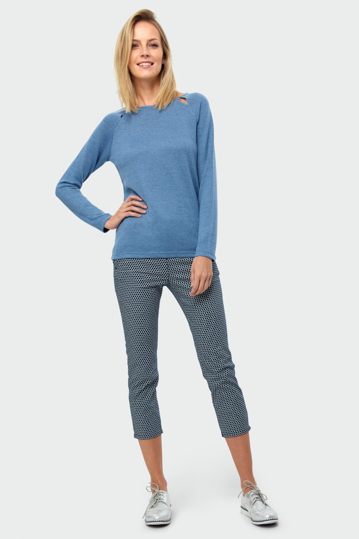 Dopasowany niebieski sweter damski z ozdobnymi wycięciami