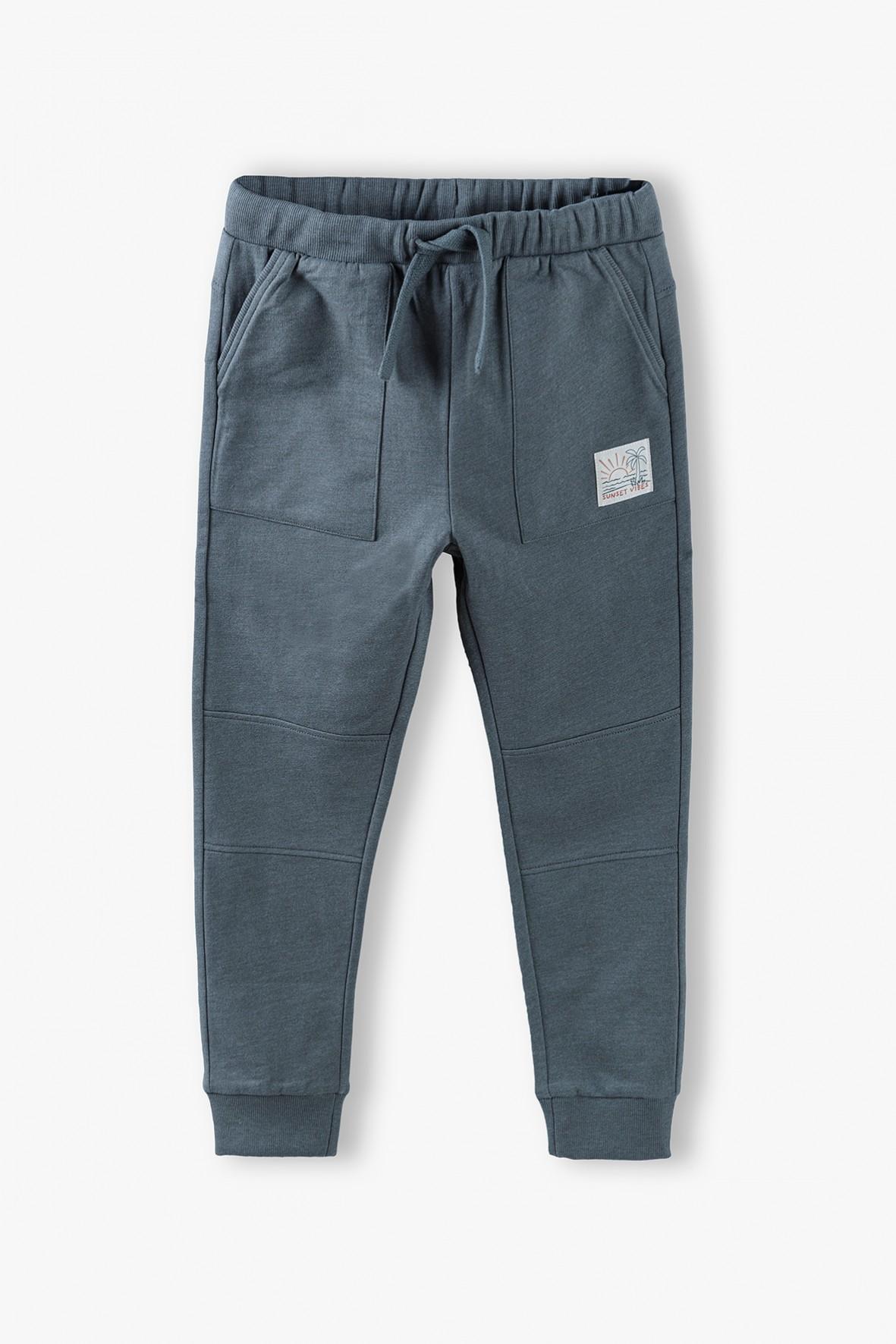 Spodnie dresowe chłopięce w kolorze ciemnozielonym