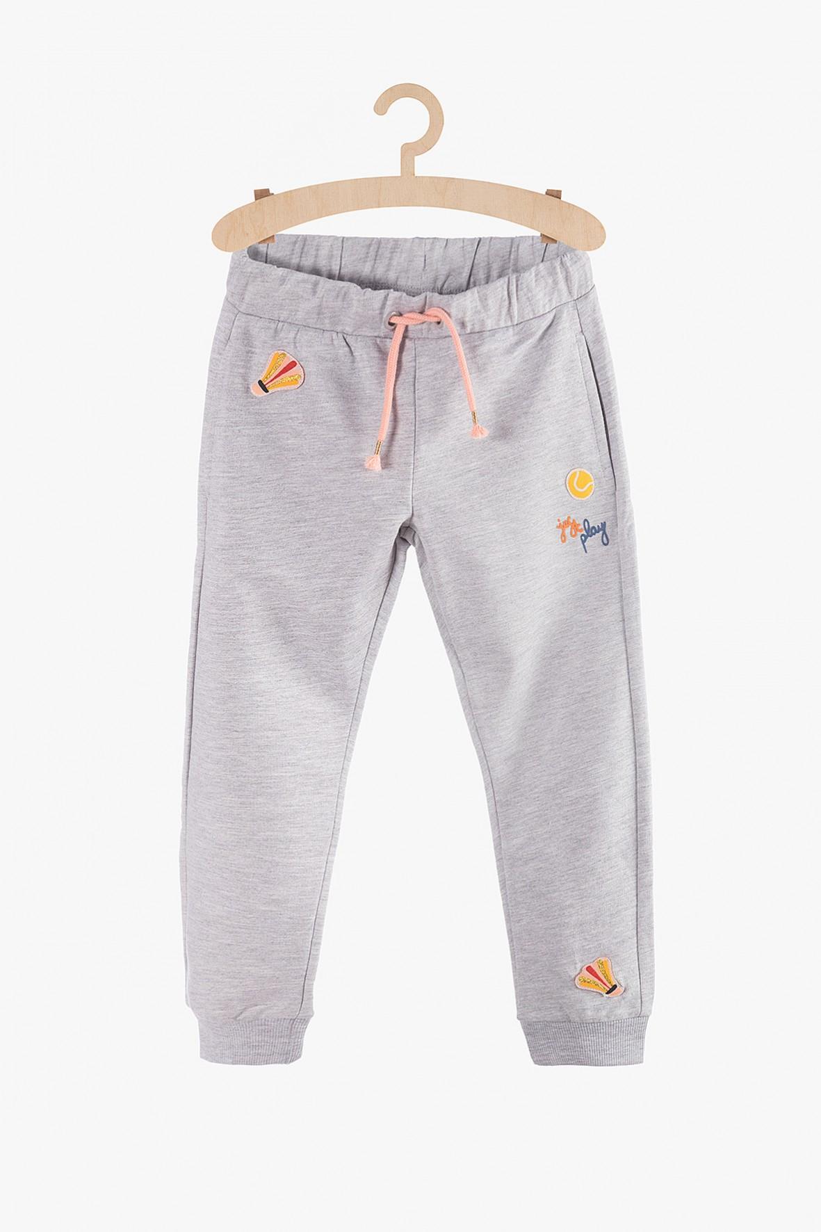 Spodnie dresowe dziewczęce- szare z ozdobnymi naszywkami