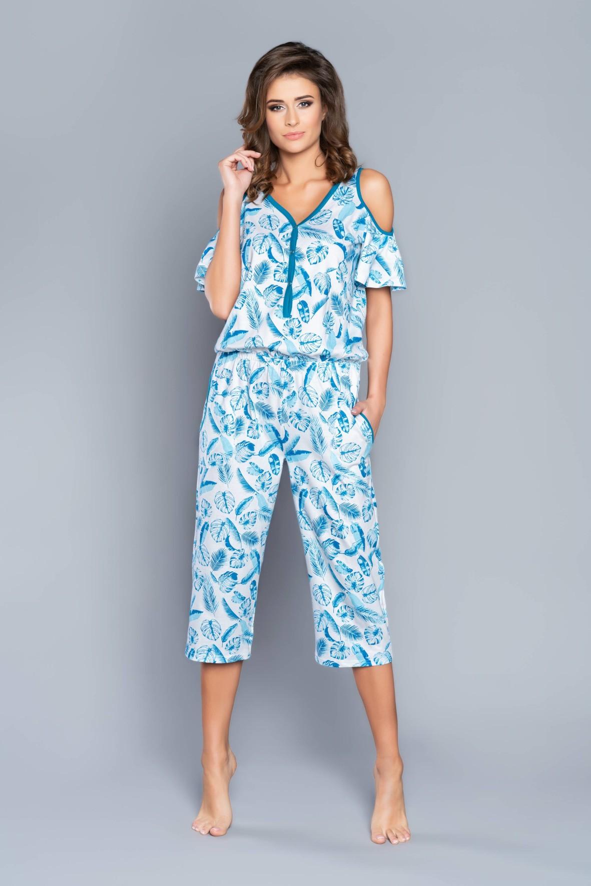 Biała jednoczęściowa piżama damska w niebieskie listki z odkrytymi ramionami - spodnie 3/4 nogawka