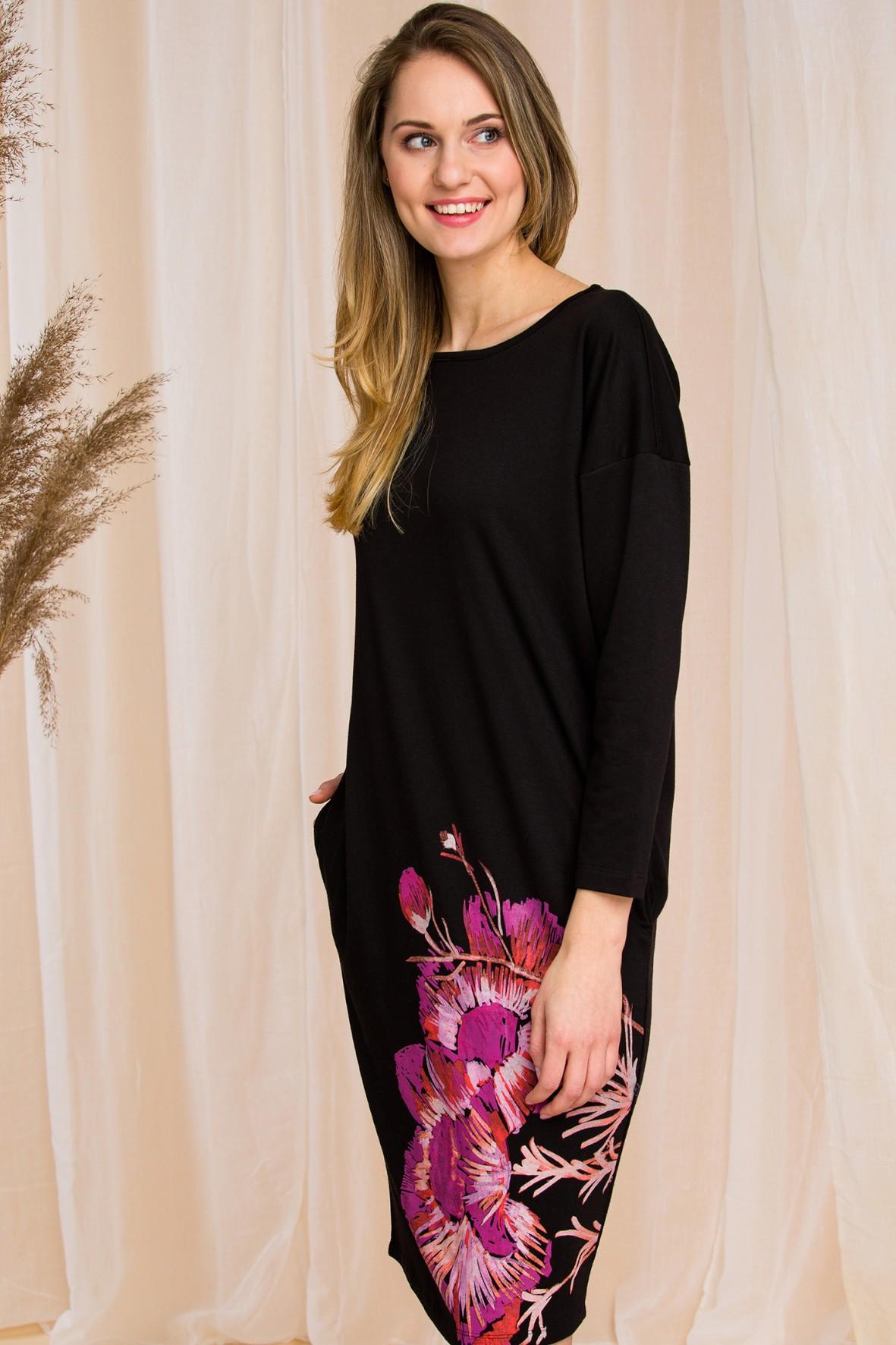 Sukienka o bardzo kobiecym kroju - zwężająca się ku dołowi - czarna