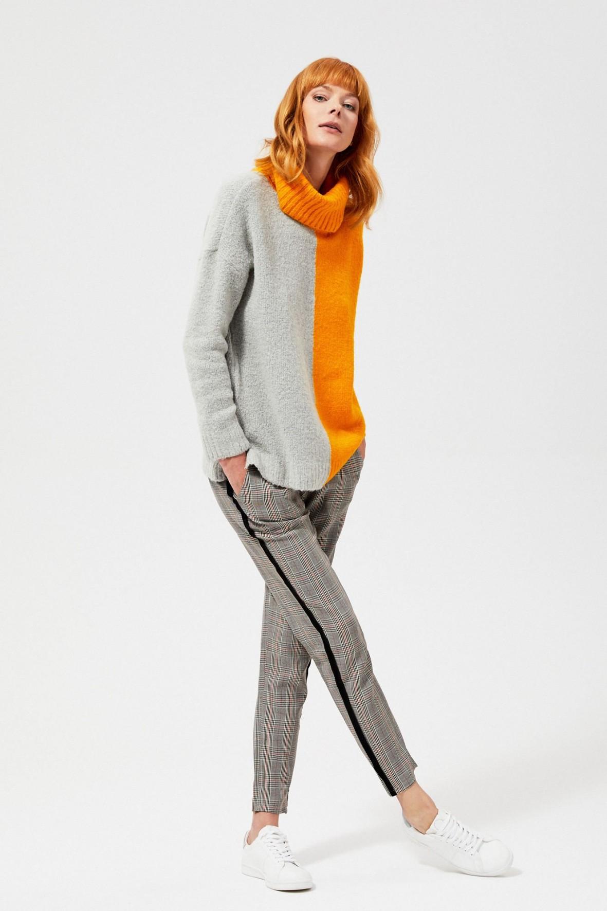 Sweter typu oversize  z golfem-szaro pomarańczowy