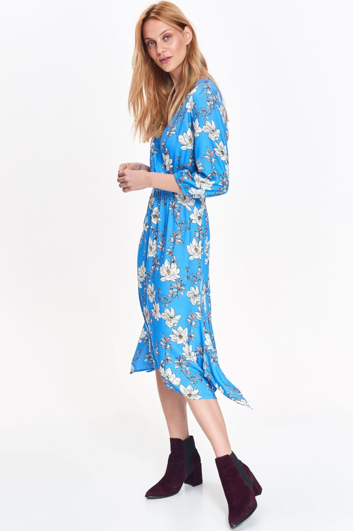 Niebieska sukienka damska o luźnym fasonie z asymetrycznymi dłuższymi bokami