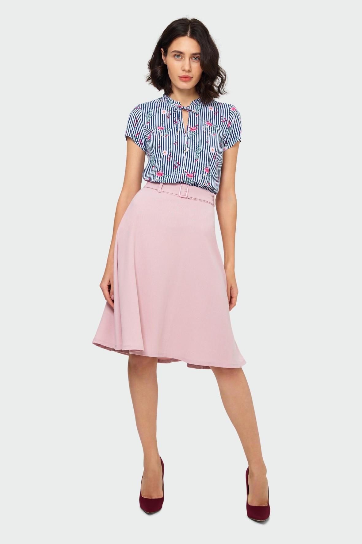 Różowa elegancka rozkloszowana spódnica damska z paskiem