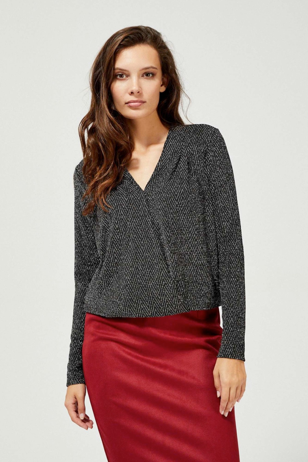 Czarna kopertowa bluzka damska z metaliczną nitką