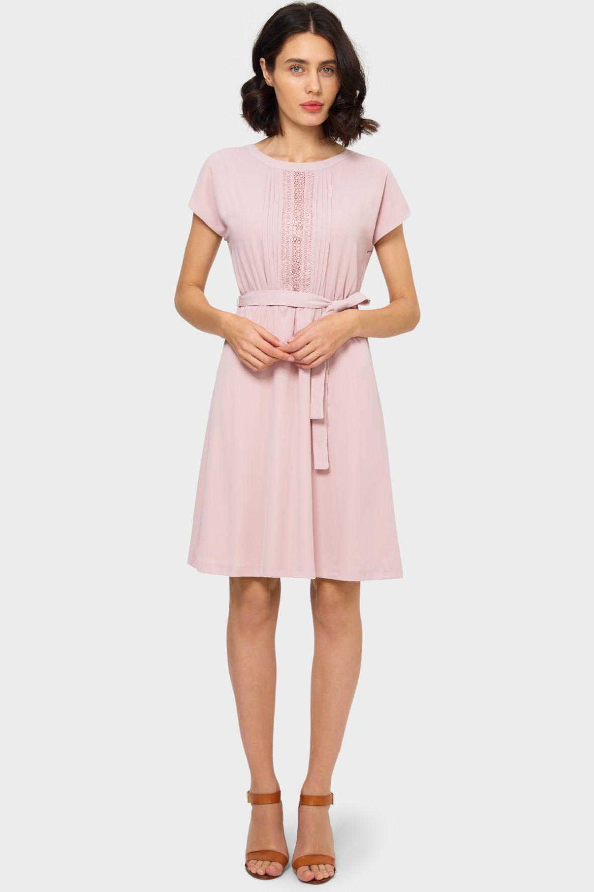 Zwiewna różowa sukienka z ozdobną koronkową wstawką