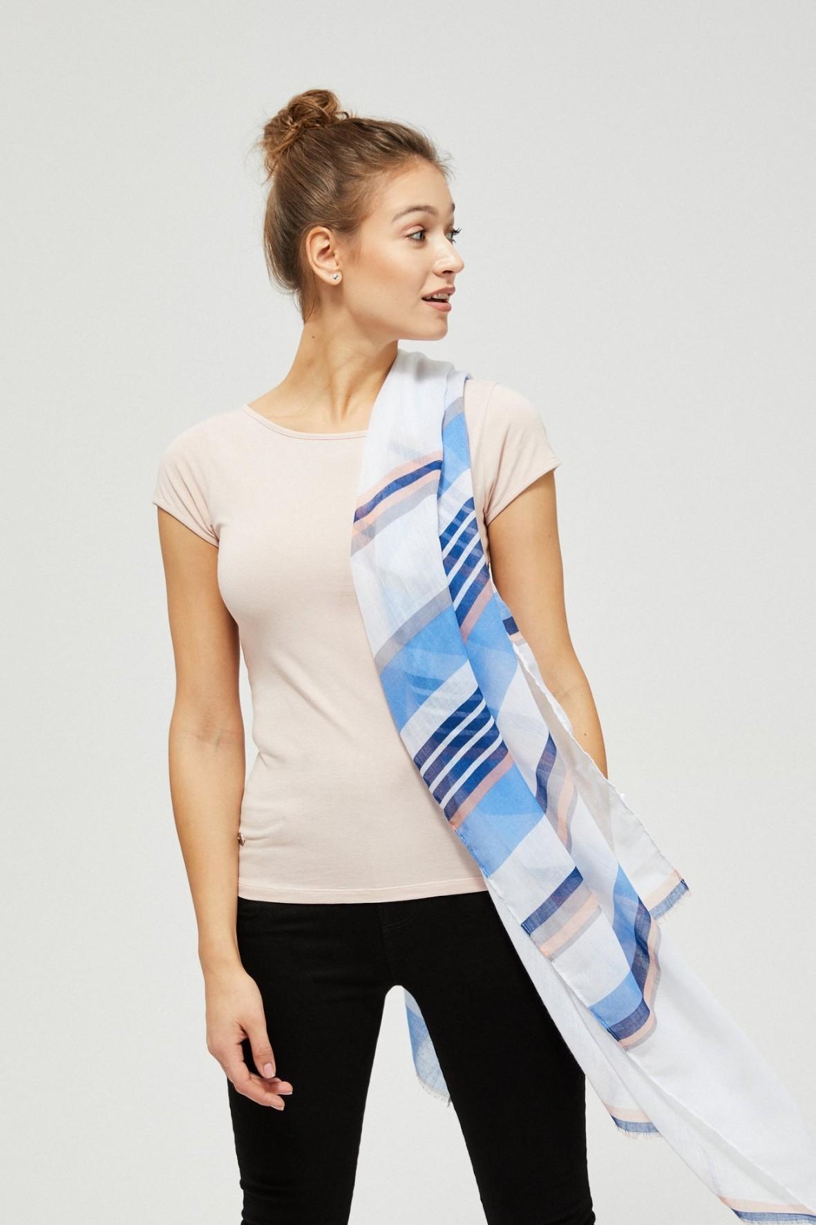 Biały szal damski w kolorowe paski