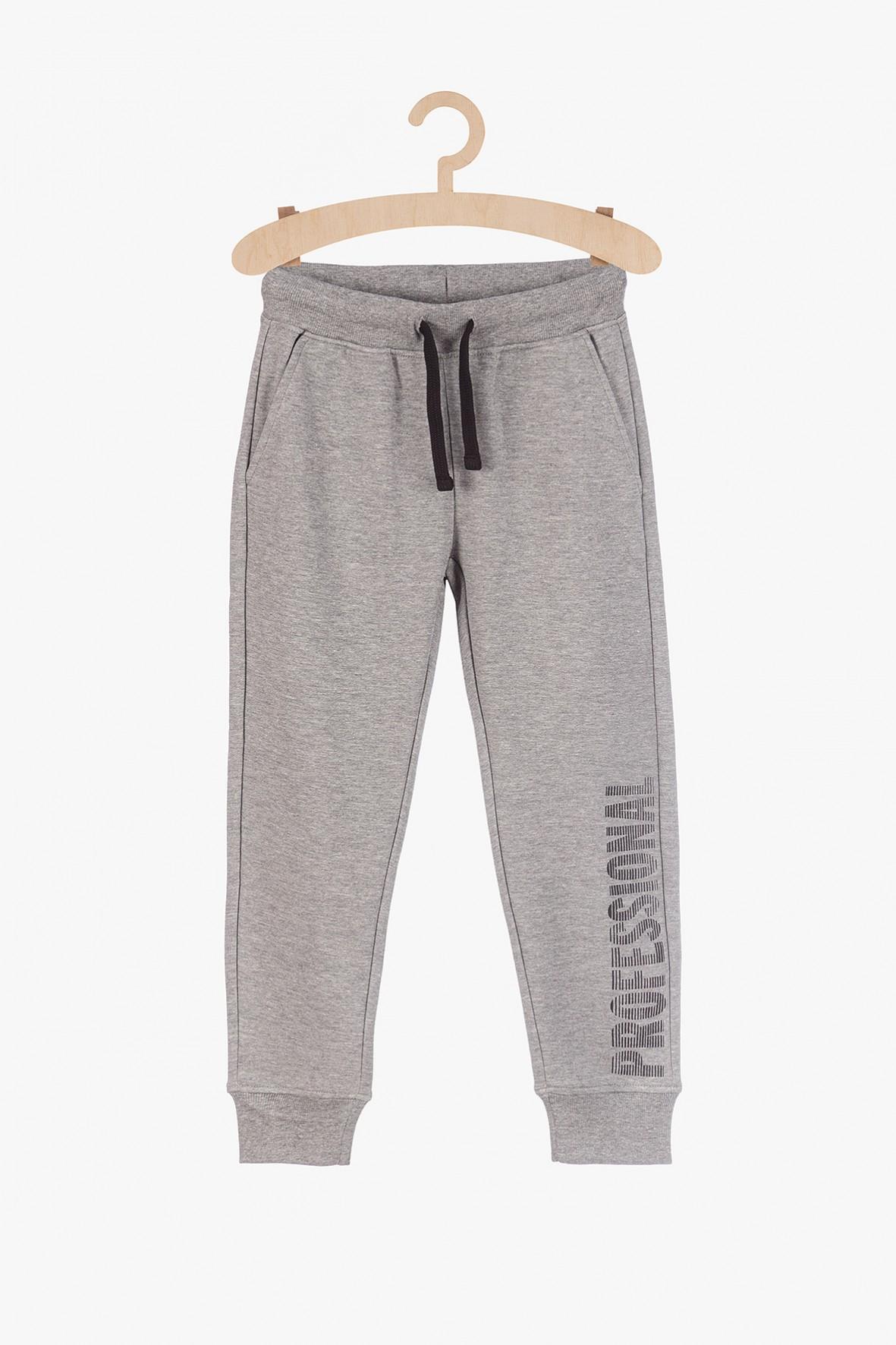 Szare dresowe spodnie dla chłopca z napisem na nogawce