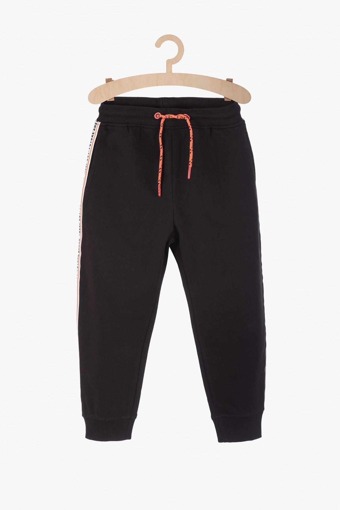 Czarne spodnie dresowe z lampasami