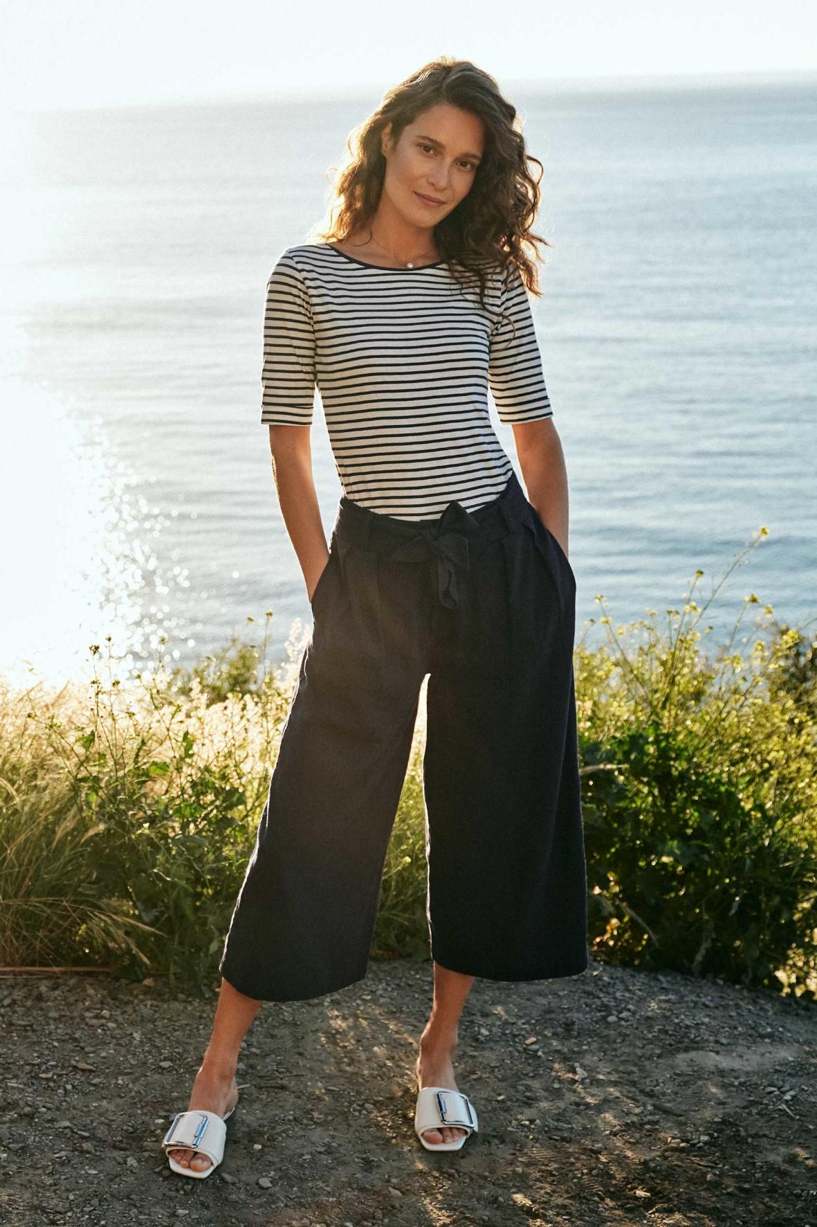 Granatowe spodnie damskie  typu kulot do połowy łydki, z paskiem