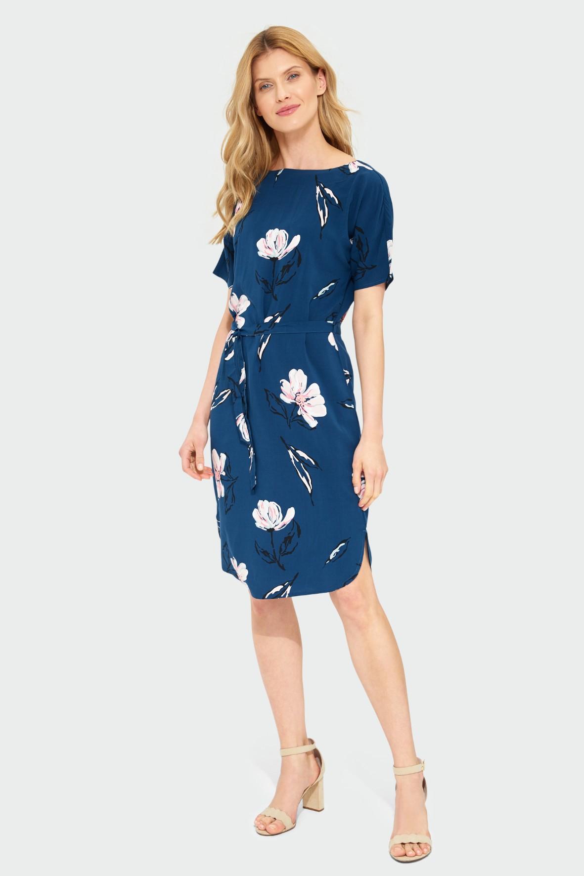 Granatowa wiskozowa sukienka z kwiatowym nadrukiem o luźnym kroju