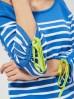 Niebieski sweter w białe paski z limonkową wstawką