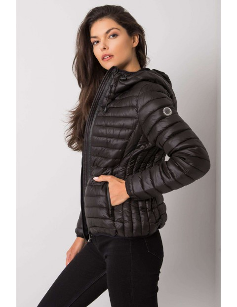 Czarna pikowana kurtka przejściowa z kapturem