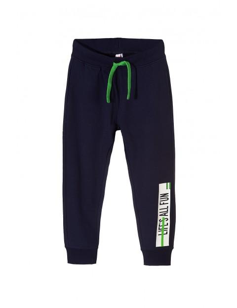 Spodnie dresowe- granatowe z nadrukami na nogawkach
