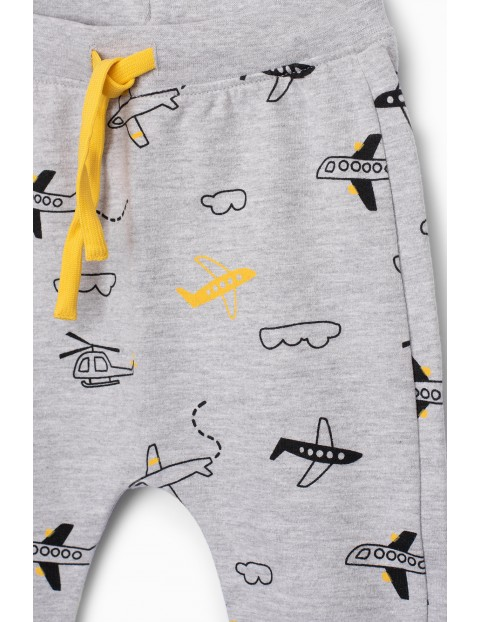 Szare spodnie dresowe niemowlęce w samolociki