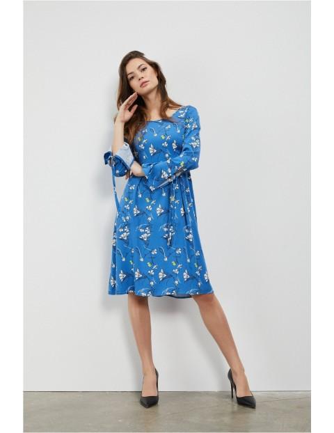 Niebieska sukienka damska w kwiaty o trapezowym kroju