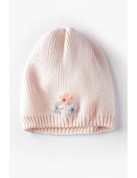 Dzianinowa czapeczka z ozdobnym haftem - różowa