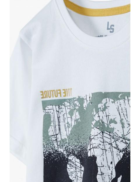 T-shirt chłopięcy w kolorze białym z nadrukiem mapy świata