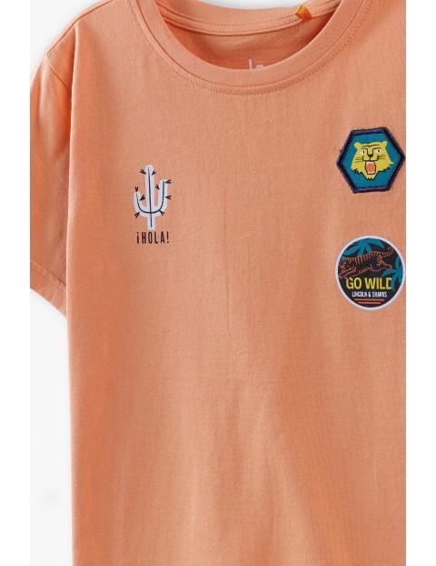 T-shirt chłopięcy pomarańczowy z ozdobnymi naszywkami