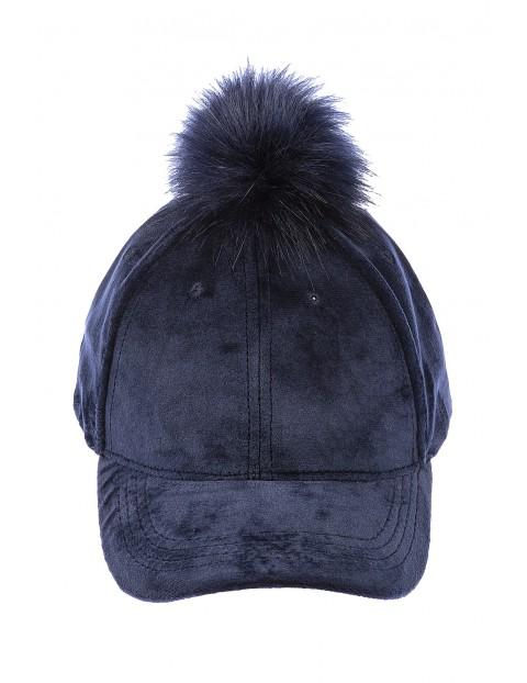 Granatowa czapka z daszkiem i pomponem