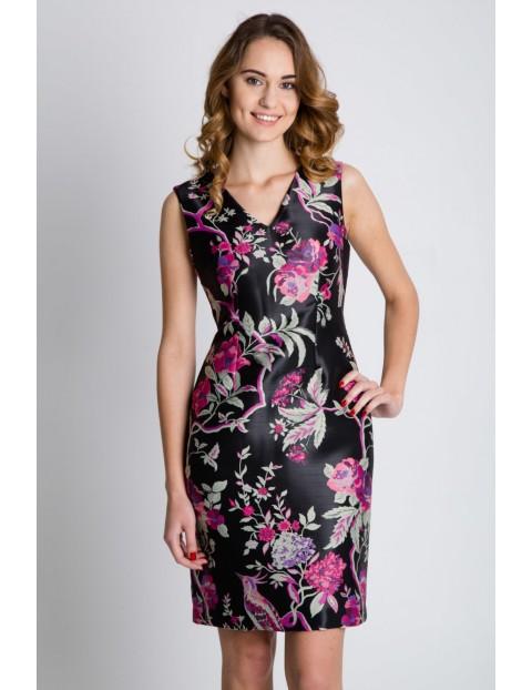 Dopasowana sukienka damska- czarna w kwiaty z dekoltem