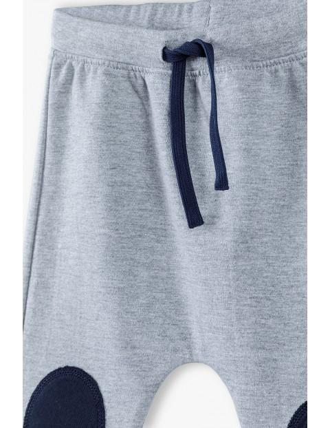 Spodnie dresowe niemowlęce z łatami - szare