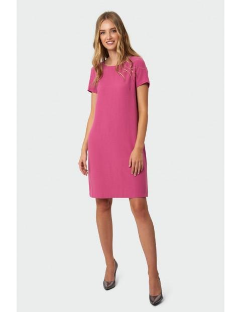 Klasyczna różowa sukienka o prostym kroju