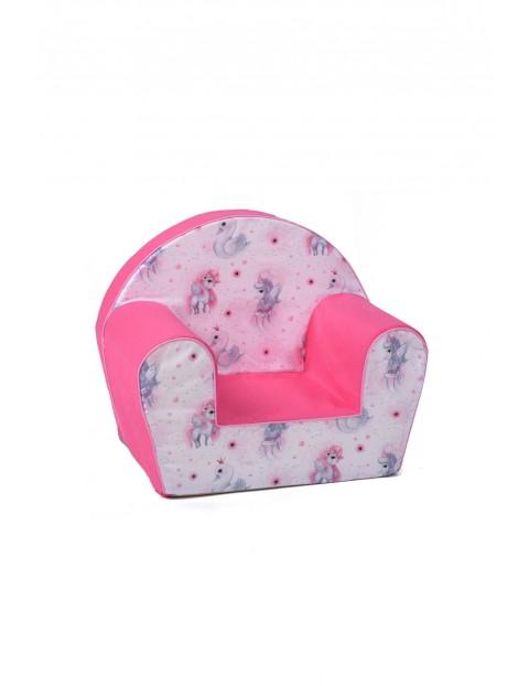 Różowy fotelik w jednorożce