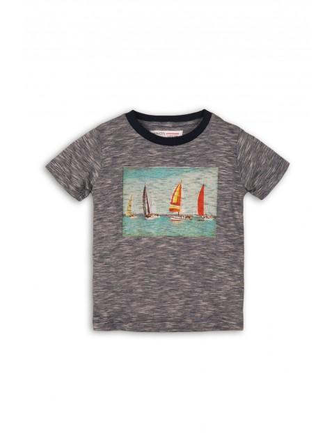 Szary t-shirt z łódkami