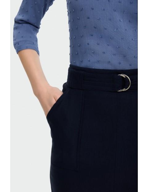 Granatowa spódnica ołówkowa z rozcięciem z przodu i paskiem w talii