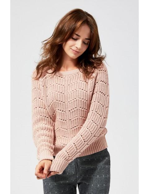 Różowy sweter o ozdobnym splocie