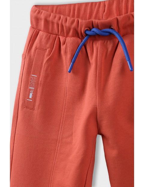 Spodnie dresowe chłopięce z ozdobnymi nadrukami