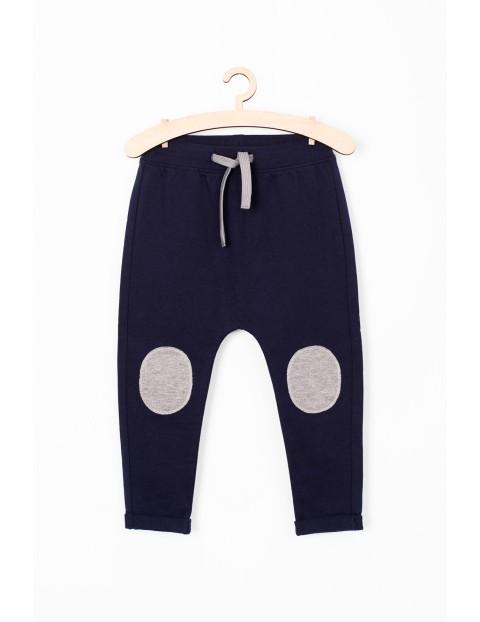 Spodnie dresowe dla niemowlaka- granatowe z łatami na kolanach