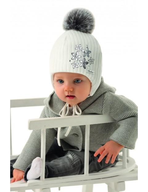 Czapka dziewczęca z pomponem i ozdobnymi naszywkami - biała