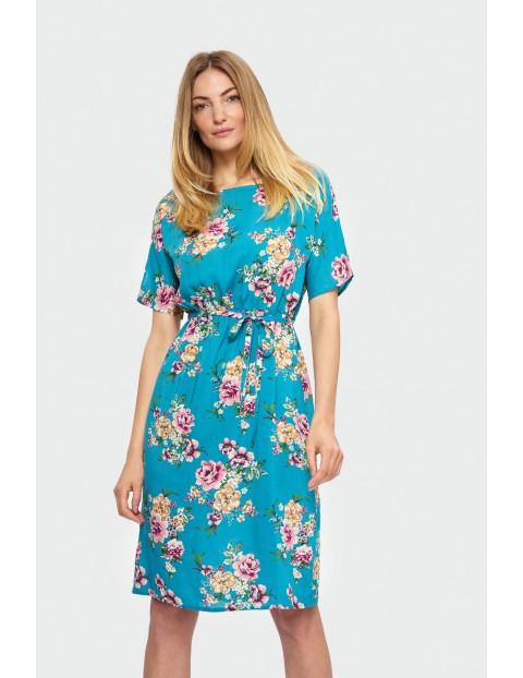 Niebieska sukienka w duże kwiaty - kimono z cienkim paskiem w talii