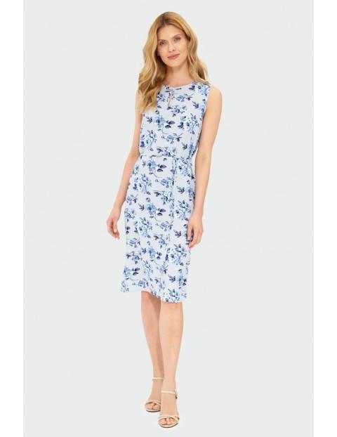Wiskozowa sukienka z kwiatowym nadrukiem podkreślona talia