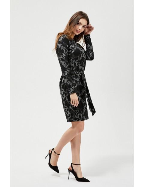 Czarna sukienka z wiązaniem w talii