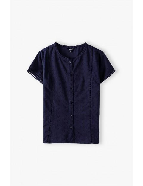 Granatowa koszulowa bluzka damska z ozdobnymi haftami