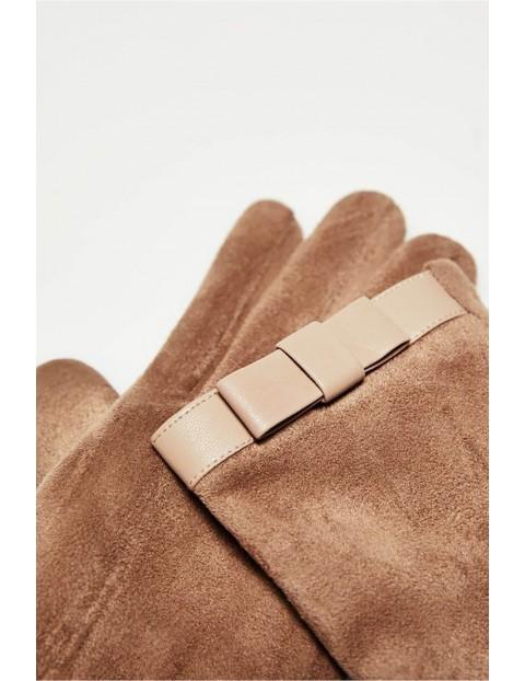Długie stylowe rękawiczki damskie wykonane z zamszowego materiału - beżowe