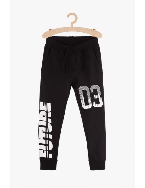 Spodnie chłopięce dresowe czarne z białymi napisami