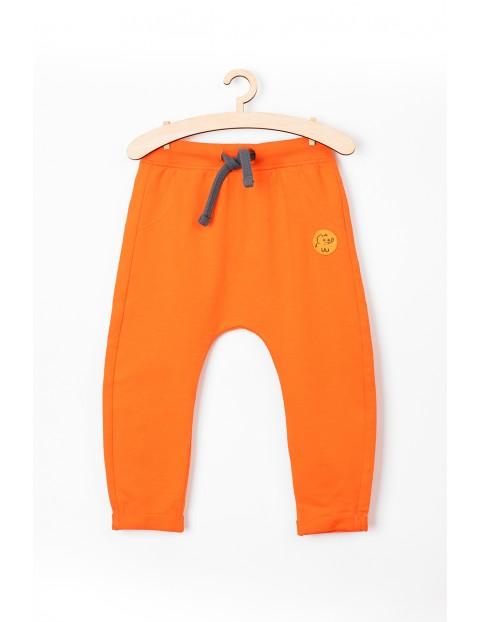 Spodnie niemowlęce pomarańczowe z zabawnym nadrukiem