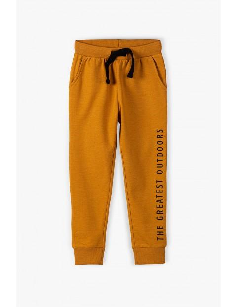Spodnie dresowe chłopięce w kolorze musztardowym