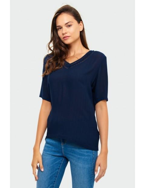 Granatowy T-shirt damski na krótki rękaw z wstawką przy dekolcie