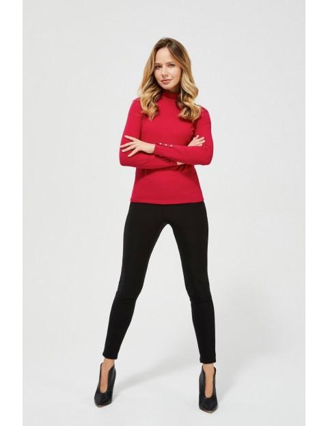 Elegancki półgolf damski w kolorze czerwonym z ozdobnymi guzikami na rękawach