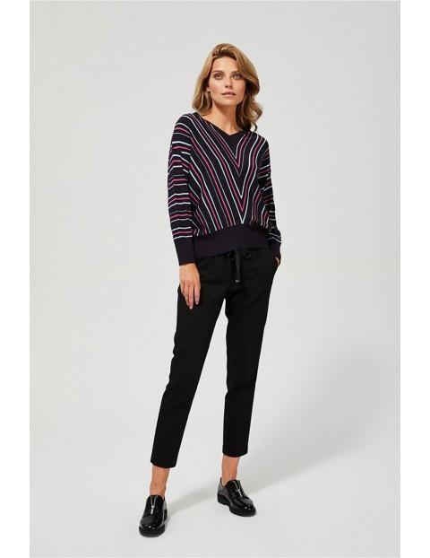 Luźny sweter w kolorowe paski ze ściągaczem w pasie