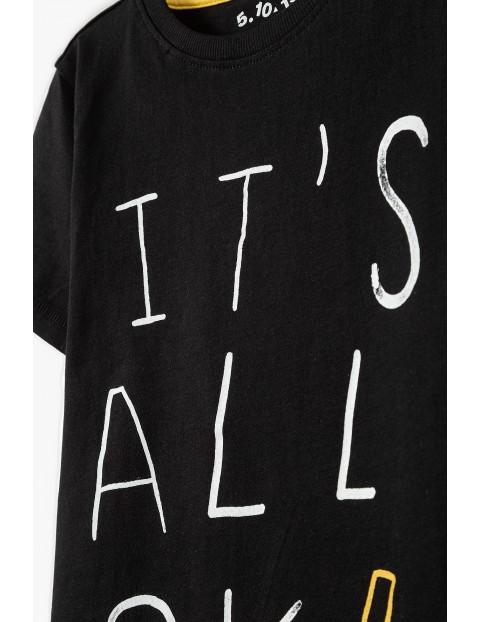 Bawełniany t-shirt chłopięcy w kolorze czarnym z nadrukiem- It's all OK :)