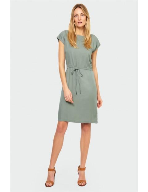 Zielona sukienka z lyocellu o prostym kroju z wiązaniem w talii