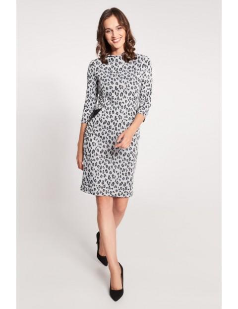 Szara sukienka w panterkę o dopasowanym kroju