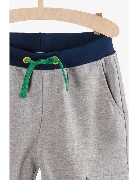Dresowe szare spodnie chłopięce z kieszeniami