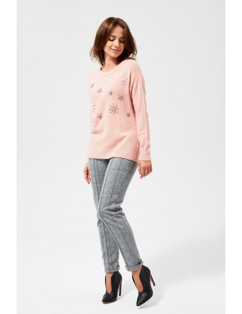 Różowy sweter damski z aplikacjami